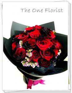 """**特別精選** (A09) 南美大頭雙色黑紅玫瑰 連"""" I Love You""""飾牌及 情人節心意咭 6枝$980 12枝$1820 18枝$2280 (自選南美玫瑰顏色:黑紅,藍白,紫白,藍,黑) (10/2-14/2情人節期間不設指定送貨時間,免運費送貨時間為早上9:00-下午5:00內送抵,如需指定送貨時段將收取運費) 歡迎查詢訂購 Workshop:24890606 WhatsApp:63861616 www.theoneflorist8.wix.com/home"""