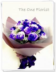 """**特別精選** (A11) 南美大頭雙色紫白玫瑰 連"""" I Love You""""飾牌及 情人節心意咭 6枝$980 12枝$1820 18枝$2280 (自選南美玫瑰顏色:黑紅,藍白,紫白,藍,黑) (10/2-14/2情人節期間不設指定送貨時間,免運費送貨時間為早上9:00-下午5:00內送抵,如需指定送貨時段將收取運費) 歡迎查詢訂購 Workshop:24890606 WhatsApp:63861616 www.theoneflorist8.wix.com/home"""