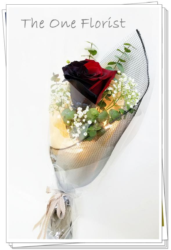 """**特別精選** (S01) 南美大頭雙色黑紅玫瑰 連"""" I Love You""""飾牌及 情人節心意咭 $398 +$30浪漫星空燈飾 (不設送貨,只限門市自取) (自選南美玫瑰顏色:黑紅,藍白,紫白,藍,黑) (10/2-14/2情人節期間不設指定送貨時間,免運費送貨時間為早上9:00-下午5:00內送抵,如需指定送貨時段將收取運費) 歡迎查詢訂購 Workshop:24890606 WhatsApp:63861616 www.theoneflorist8.wix.com/home"""