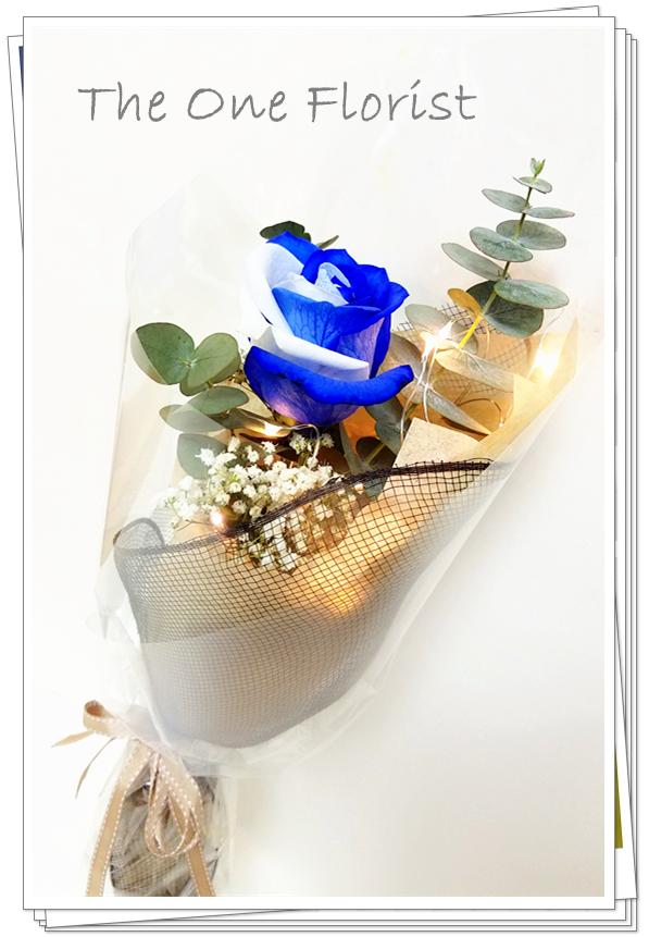"""**特別精選** (S02) 南美大頭雙色藍白玫瑰 連"""" I Love You""""飾牌及 情人節心意咭 $398 +$30浪漫星空燈飾 (不設送貨,只限門市自取) (自選南美玫瑰顏色:黑紅,藍白,紫白,藍,黑) (10/2-14/2情人節期間不設指定送貨時間,免運費送貨時間為早上9:00-下午5:00內送抵,如需指定送貨時段將收取運費) 歡迎查詢訂購 Workshop:24890606 WhatsApp:63861616 www.theoneflorist8.wix.com/home"""