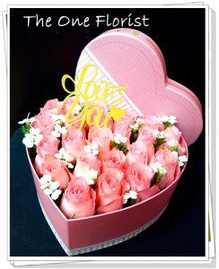 """**情人節熱賣系列** VBOX-A03 粉紅玫瑰心形花盒 連"""" I Love You""""飾牌及 情人節心意咭 18-24枝玫瑰花 (數量視乎花朵大小而定) $1080 Size:22x11cm (可自選玫瑰顏色) (10/2-14/2情人節期間不設指定送貨時間,免運費送貨時間為早上9:00-下午5:00內送抵,如需指定時段將收取運費) 歡迎查詢訂購 Workshop:24890606 WhatsApp:63861616 www.theoneflorist8.wix.com/home"""